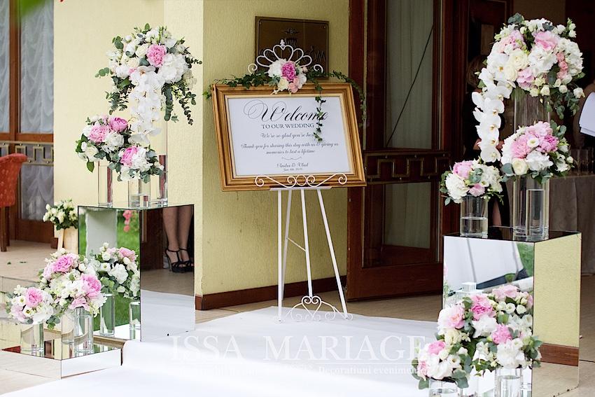 Decoratiuni intrare nunta cu aranjamente florale speciale