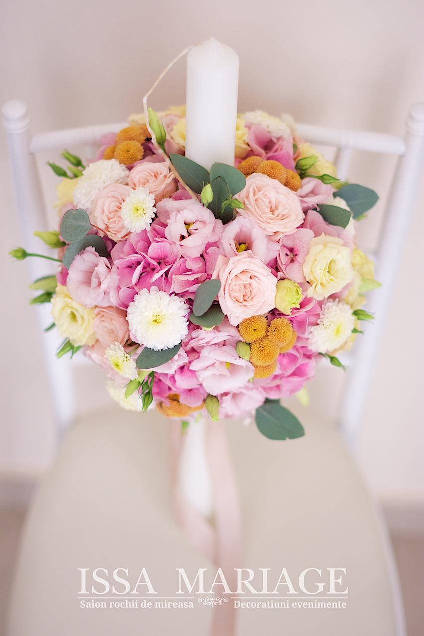 O Lumanare Frumos Decorata In Nuante De Roz Pentru Botezul Unei Printese