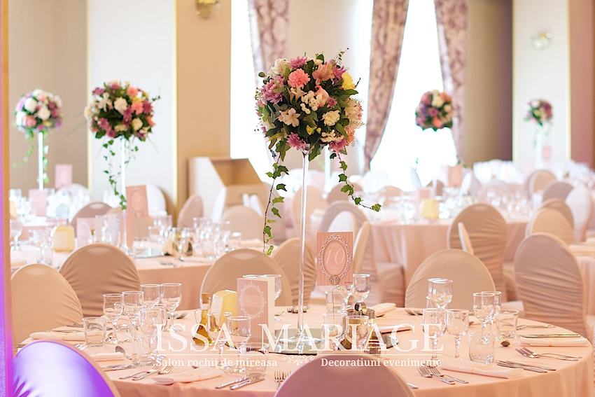 Paradis Royal Frumos Decorat Cu Aranjamente Florale Si Decor Roz Pal